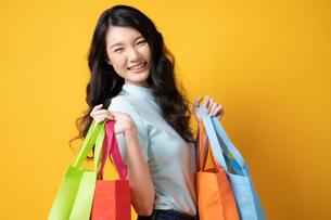 たくさん買い物して満足そうな若い女性の写真素材 [FYI04739593]