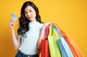 クレジットカードでたくさん買い物をした若い女性の写真素材 [FYI04739595]