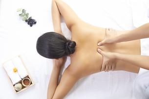 背中のマッサージを受けている女性の写真素材 [FYI04739632]