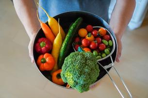 新鮮野菜のバスケットの写真素材 [FYI04739736]