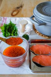 いくらの醤油漬けと鮭のご飯の写真素材 [FYI04739738]
