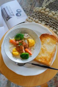 鮭と野菜のクリームシチューの写真素材 [FYI04739741]