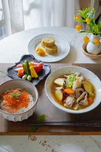 いくら丼と豚汁定食の写真素材 [FYI04739744]