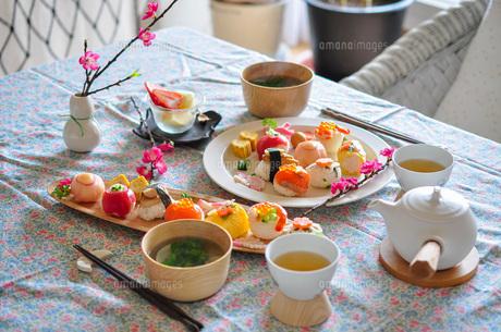 雛祭りの手まり寿司の写真素材 [FYI04739756]