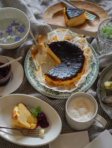 バスクチーズケーキの写真素材 [FYI04739765]