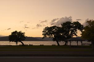 2020年10月、阿寒湖の夕景の写真素材 [FYI04740210]