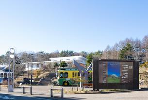 清里駅前の風景、看板と観光バス、白い駅舎の写真素材 [FYI04740467]