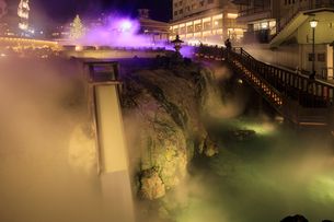 夜の草津温泉湯畑とクリスマスツリーの写真素材 [FYI04740645]