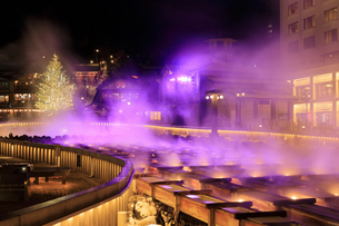夜の草津温泉湯畑とクリスマスツリーの写真素材 [FYI04740646]