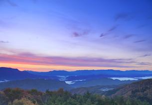 鷹狩山から望む朝焼けと美ヶ原などの山並みの写真素材 [FYI04740661]