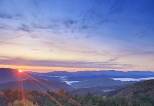 鷹狩山から望む聖山から昇る朝日と美ヶ原などの山並みの写真素材 [FYI04740662]