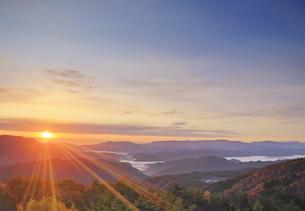 鷹狩山から望む聖山から昇る朝日と美ヶ原などの山並みの写真素材 [FYI04740663]