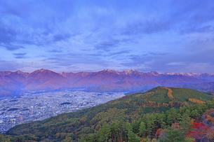 鷹狩山から望む朝日に染まる北アルプスと大町市街の写真素材 [FYI04740666]