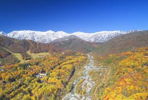 白馬大橋付近から望む白馬連峰と松川と紅葉の樹林の写真素材 [FYI04740677]
