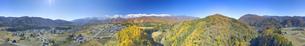 信濃森上から望む白馬連峰と紅葉の樹林の全周パノラマの写真素材 [FYI04740680]