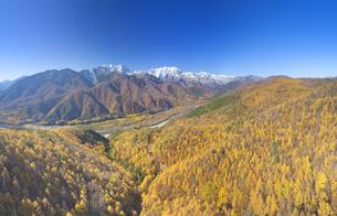 小熊山から望む仁科三山と紅葉のカラマツ林と鹿島川の渓谷の写真素材 [FYI04740707]