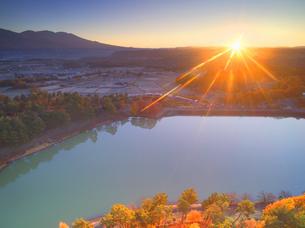 明神池と浅間山と紅葉の樹林と朝日の写真素材 [FYI04740750]