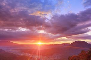十観山から望む浅間山と夫神岳などの山並みと朝日の写真素材 [FYI04740757]