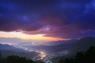 十観山から望む浅間山と夫神岳などの山並みと雲間の黎明の月の写真素材 [FYI04740769]