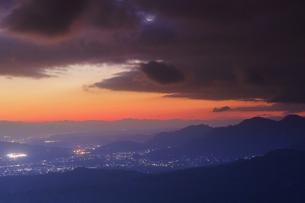 十観山から望む塩田平方向の山並みと雲間の黎明の月の写真素材 [FYI04740773]