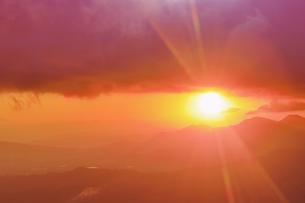 十観山から望む塩田平方向の山並みと朝日の写真素材 [FYI04740776]