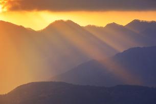 十観山から望む独鈷山の山稜と朝の光芒の写真素材 [FYI04740777]
