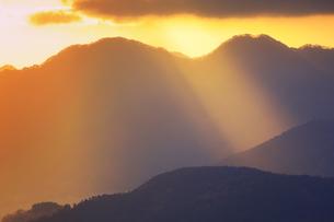 十観山から望む独鈷山の山稜と朝の光芒の写真素材 [FYI04740778]