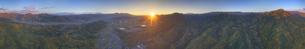 別所温泉付近から望む塩田平と夫神岳の山並みの全周パノラマの写真素材 [FYI04740804]