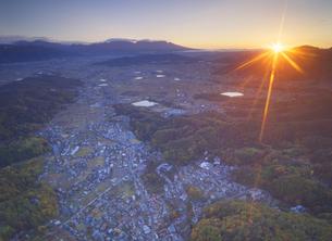別所温泉付近から望む別所温泉と浅間山と朝日の写真素材 [FYI04740807]