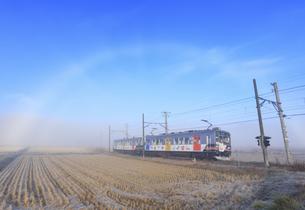 下之郷を走る別所線の自然と友だち号と朝の霧虹の写真素材 [FYI04740817]