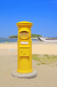 幸せの黄色いポストの写真素材 [FYI04740848]