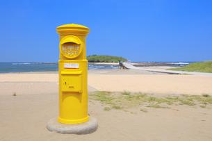 青島海岸の黄色いポストの写真素材 [FYI04740849]