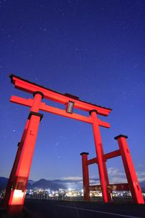 生島足島神社の大鳥居とオリオン座などの星空の写真素材 [FYI04740912]