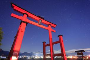 生島足島神社の大鳥居とオリオン座などの星空と流星の写真素材 [FYI04740913]