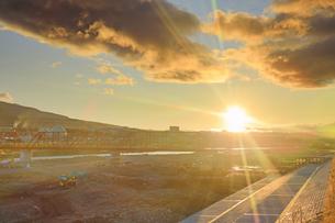 別所線千曲川橋梁復旧工事現場と朝日の写真素材 [FYI04740934]