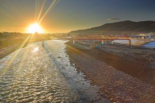 別所線千曲川橋梁復旧工事現場と朝日と橋脚の影の写真素材 [FYI04740940]