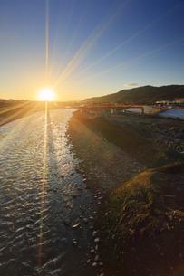 別所線千曲川橋梁復旧工事現場と朝日の写真素材 [FYI04740942]