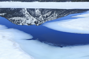残雪の尾瀬沼から覗く燧ヶ岳の写真素材 [FYI04741197]