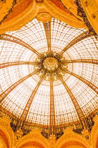 ギャルリー・ラファイエットパリ本店のステンドグラスのドーム天井_2@ パリ フランス の写真素材 [FYI04741216]