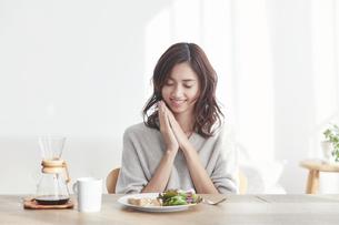 食事をする若い日本人女性の写真素材 [FYI04741271]