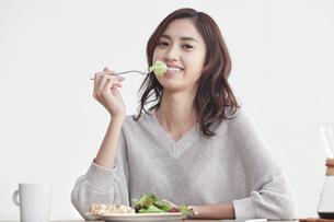 食事をする若い日本人女性の写真素材 [FYI04741272]