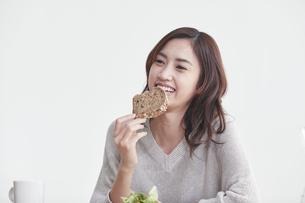 食事をする若い日本人女性の写真素材 [FYI04741280]
