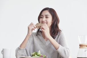 食事をする若い日本人女性の写真素材 [FYI04741283]