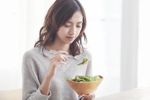 サラダを食べる若い日本人女性の写真素材 [FYI04741294]