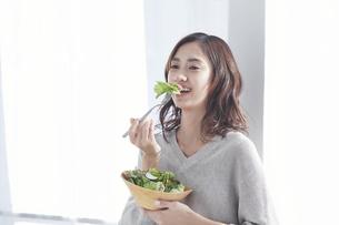 サラダを食べる若い日本人女性の写真素材 [FYI04741310]