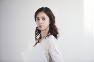 カメラ目線のスーツを着た若い日本人女性の写真素材 [FYI04741313]