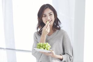 フルーツを食べる若い日本人女性の写真素材 [FYI04741314]