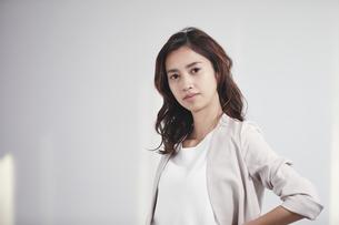 カメラ目線のスーツを着た若い日本人女性の写真素材 [FYI04741319]