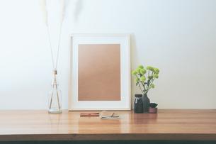 シンプルな机棚と卓上植物のスプレーマムの写真素材 [FYI04741361]