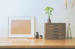 シンプルな机棚と卓上植物のスプレーマムの写真素材 [FYI04741362]